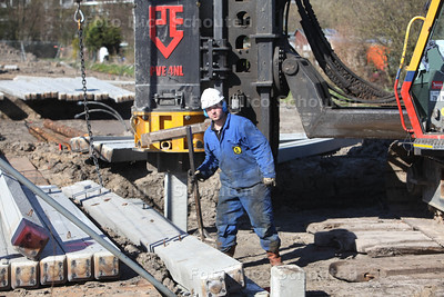 De eerste heipaal wordt geslagen voor de bouw van zes energieneutrale villa's door Dutch Housing Company - DEN HAAG 20 MAART 2014 - FOTOGRAFIE NICO SCHOUTEN