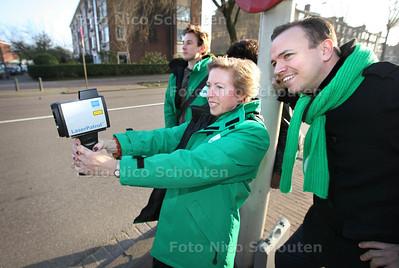 CDA met laserguns op controle in Den Haag - Het CDA Den Haag,  en CDA-kamerlid Sander de Rouwe (r) houden diverse snelheidscontroles zoals hier op de Escamplaan