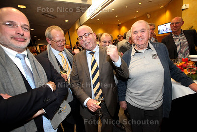 Verkiezingsavond Leidschendam-Voorburg - voorzitter Hans Peter klazenga (m) is blij - LEIDSCHENDAM-VOORBURG 19 MAART 2014 - FOTOGRAFIE NICO SCHOUTEN