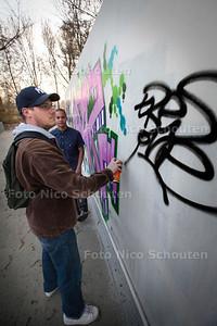 Opening nieuwe graffitiwand bij de skatebaan in het Vernéde sportpark - Vincent Schoonhoven zet een tag - ZOETREMEER 13 MAART 2014 - FOTOGRAFIE NICO SCHOUTEN