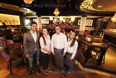 Restaurant Cloony voor Pollepel - Manager Jan Willem van der Knoop (l) met bedienend personeel - ZOETERMEER 25 MAART 2014 - FOTOGRAFIE NICO SCHOUTEN