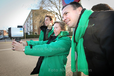 CDA met laserguns op controle in Den Haag - Het CDA Den Haag, Daniëlle Koster (met lasergun) en CDA-kamerlid Sander de Rouwe (r) houden diverse snelheidscontroles zoals hier op de Escamplaan - DEN HAAG 11 MAART 2014 - FOTOGRAFIE NICO SCHOUTEBN