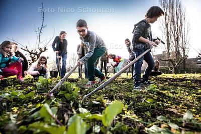 Buurtbewoners onderhouden Wijktuin Broekweg - ZOETERMEER 11 MAART 2014 - FOTOGRAFIE NICO SCHOUTEN
