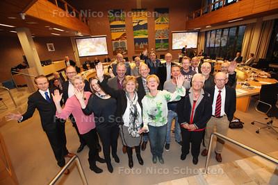 Oude gemeenteraad die na vier jaar afzwaait en vanavond voor de laatste keer vergadert - S'-GRAVENZANDE 26 MAART 2014 - FOTOGRAFIE NICO SCHOUTEN