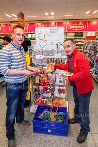 Bedrijfsleider Bas Teriele (l) van Hema met een medewerker in de HEMA bijzondere werkgelegenheid - VOORSCHOTEN 14 MAART 2014 - FOTOGRAFIE NICO SCHOUTEN