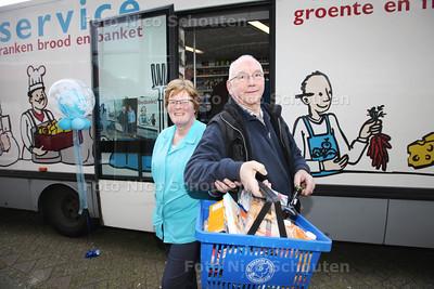 Arie en Harmke Verkerk van rijdende winkel Zuivelhandel A.J. Verkerk stoppen er mee na 46 jaar - DEN HAAG 28 MAART 2014 - FOTOGRAFIE NICO SCHOUTEN