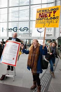 Bastiaan de Groot staat op het Centraal Station met een groot sandwichboard om zijn nek. De man wil dolgraag een baan, maar ondanks 422 sollicitatiebrieven is dat nog niet gelukt - DEN HAAG 13 MEI 2014 - FOTOGRAFIE NICO SCHOUTEN
