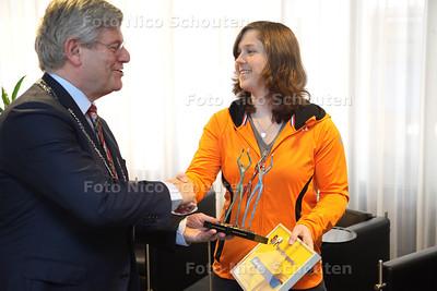 Snowboardster Michelle Dekker krijgt vandaag een beeldje van de burgemeester en wethouder als beloning voor haar prestaties dit jaar. Ze deed onder andere mee aan de Olympische Winterspelen in Sotsji - ZOETERMEER 14 MEI 2014 - FOTOGRAFIE NICO SCHOUTEN