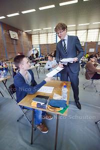 Vanmiddag opent staatssecretaris Sander Dekker de examens op zijn oude middelbare school: het Oranje Nassau College - Maarten den Heijer (havo) krijgt een exemplaar - ZOETERMEER 12 MEI 2014 - FOTOGRAFIE NICO SCHOUTEN