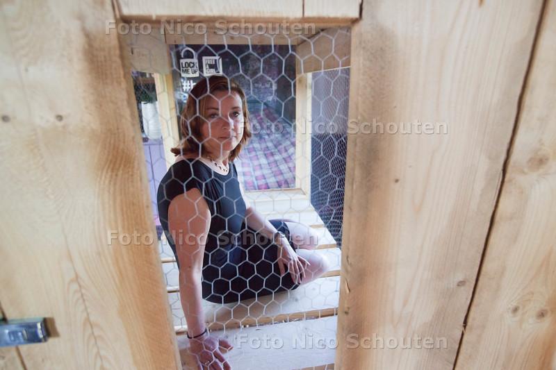 Marijke van Dijk, Eigenaresse van Hoeve Kromwijk doet mee aan actie goede doel: Lock me up, free a girl. Tijdens die actie laat ze zich 12 uur in een kooi in haar eigen restaurant opsluiten - ZOETERMEER 19 MEI 2014 - FOTOGRAFIE NICO SCHOUTEN