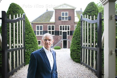 Jan Groenewegen bij (de originele) voorkant van Hofstede Meerzigt - ZOETERMEER 28 MEI 2014 - FOTOGRAFIE NICO SCHOUTEN