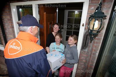PostNL gaat pakketten bezorgen tussen 18.00 en 21.30 uur - VOORBURG 6 MEI 2014 - FOTGRAFIE NICO SCHOUTEN