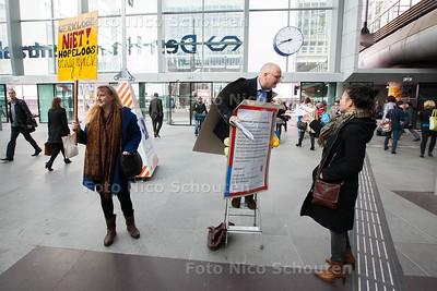 Bastiaan de Groot staat op dinsdag 13 mei om 08.00 uur op het Centraal Station met een groot sandwichboard om zijn nek. De man wil dolgraag een baan, maar ondanks 422 sollicitatiebrieven is dat nog niet gelukt