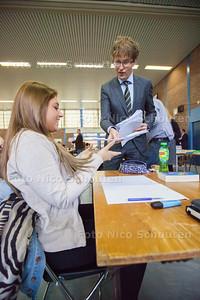Vanmiddag opent staatssecretaris Sander Dekker de examens op zijn oude middelbare school: het Oranje Nassau College - Romy Korver (havo) krijgt het eerste exemplaar - ZOETERMEER 12 MEI 2014 - FOTOGRAFIE NICO SCHOUTEN