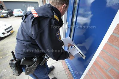 Agenten flyeren in winkelcentrum Buytenwegh i.v.m. overval Jumbo-medewerker januari - ZOETERMEER 12 MEI 2014 - FOTOGRAFIE NICO SCHOUTEN