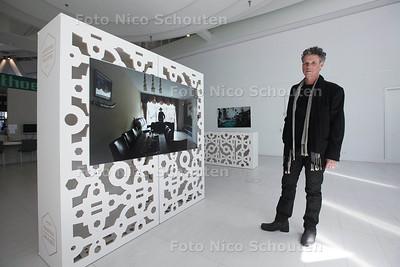 Henk Augustijn is fotograaf en exposeert met een serie waarin buurtbewoners in het huis van een ander zijn geplaatst - DEN HAAG 7 MEI 2014 - FOTOGRAFIE NICO SCHOUTEN