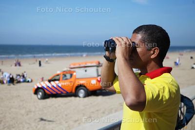 Reddingsbrigade dit weekeinde weer present op strand - Raimond Veen speurt de kustlijn af op Kijkduin - DEN HAAG 18 MEI 2014 - FOTOGRAFIE NICO SCHOUTEN