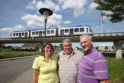 Han Hijzelendoorn (R) en zijn medestanders die gelijk hebben gekregen. Uit onderzoek is gebleken dat de Randstadrail teveel herrie maakt - ZOETERMEER 20 MEI 2014 - FOTOGRAFIE NICO SCHOUTEN