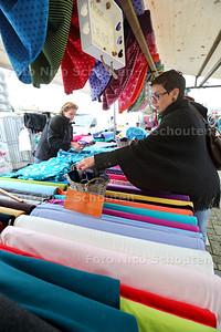 Stoffenmarkt op de Markt. Voor het eerst is er een stoffenmarkt in Zoetermeer - Angela Stoffenkraam - ZOETERMEER 26 NOVEMBER 2014 - FOTOGRAFIE NICO SCHOUTEN