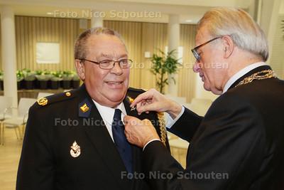 Brigadier Loek Dekkers krijgt een stadsspeld van burgemeester Jozias van Aartsen voor 45 jaar inspanning als politievrijwilliger - DEN HAAG 18 NOVEMBER 2014 - FOTOGRAFIE NICO SCHOUTEN