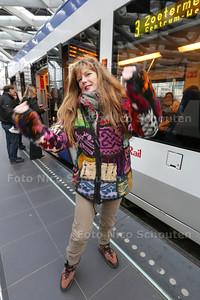 blije Monique Hoogduin, die na bijna 4 jaar werkloosheid eindelijk weer een baan heeft gevonden - DEN HAAG 28 NOVEMBER 2014 - FOTOGRAFIE NICO SCHOUTEN