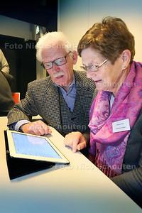 In de Morgensterkerk leren ouderen omgaan met een iPad of andere tablets - Willemijn Oskam-Huurman krijgt uitleg van Wim Geers van Senior Web - ZOETERMEER 19 NOVEMBER 2014 - FOTOGRAFIE NICO SCHOUTEN