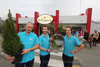 De Driesprong bestaat 40 jaar - Jean-Pierre de Groot en Dennis en Sander Luiten (vlnr) voor het tuincentrum - ZOETERMEER 19 NOVEMBER 2014 - FOTOGRAFIE NICO SCHOUTEN