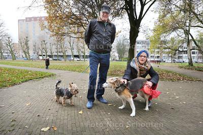 Hondebelasting gaat niet omhoog - Kareel Willems met hondje Ross en Mevrouw Rapperd met hondje Holly in Park 't loo - VOORBURG 26 NOVEMBER 2014 - FOTOGRAFIE NICO SCHOUTEN