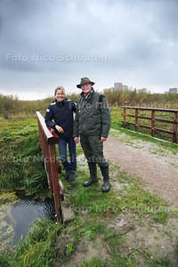 Projectleider Karen Raap en boswachter Peter van Osch in het Bentwoud - BENTHIZEN 21 OKTOBER 2014 - FOTOGRAFIE NICO SCHOUTEN