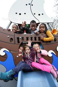 Trotse Naomi (7) (roze broek) in haar speeltuin. Naomi vond het te saai in haar buurt en verzamelde hantekeningen om een leukere speeltuin te krijgen. De gemeente heeft behoorlijk uitgepakt en heeft nu alles neergezet. - ZOETERMEER 23 OKTOBER 2014 - FOTOGRAFIE NICO SCHOUTEN