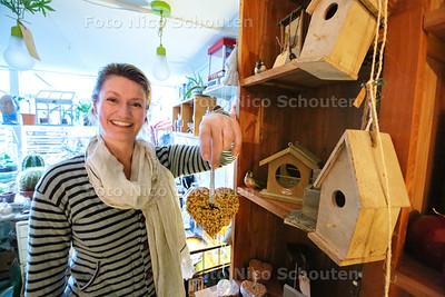 Nina in haar winkeltje WAUW bij vogelhuisjes en vogelkoekjes - DEN HAAG 23 OKTOBER 2014 - FOTOGRAFIE NICO SCHOUTEN