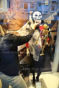 Halloween in de etalage van Gerry Weber - Een medewerkster legt de laatste hand de creatie - ZOETERMEER 27 OKTOBER 2014 - FOTOGRAFIE NICO SCHOUTEN