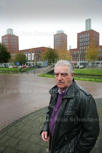 Dick Muys, hij is een bewoner die zich namens een bewonerscommissie druk maakt over de lichten op de toscaanse torens in ypenburg die stuk zijn en maar blijven - DEN HAAG 30 OKTOBER 2014 - FOTOGRAFIE NICO SCHOUTEN
