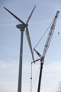 ontmanteling van de windturbine bij Siemens - De kranen staan klaar maar de wind is te hard - ZOETERMEER 27 OKTOBER 2014 - FOTOGRAFIE NICO SCHOUTEN