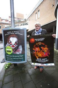 Wim Blansjaar bij de helloween poster waar een enge clown op staat waar ouders zich boos om maken. Ze vinden de poster te eng voor kinderen. Blansjaar vindt het maar onzin. Toch heeft hij andere posters laten maken - ZOETERMEER 21 OKTOBER 2014 - FOTOGRAFIE NICO SCHOUTEN