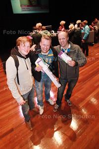 Kaartverkoop van cabaretier Jochem Myjer in Stadstheater - De eerste drie met ieder vier kaarten. vlnr Meneer Rood, Joost Zuidgeest en Gos Bros uit Zoetermeer stonden om 10 uur 's avonds als eersten voor de deur. Wel een beetje erg vroeg want om 1 uur 's nachts kwamen pas de volgenden - ZOETERMEER 14 SEPTEMBER 2014 - FOTOGRAFIE NICO SCHOUTEN