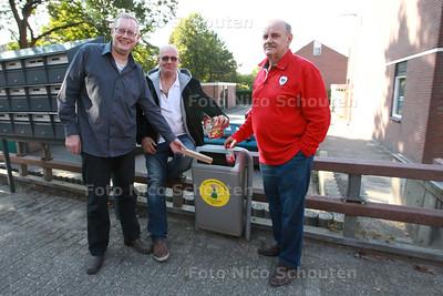 Supervrijwilligers met hun zelf aangekochte prullenbakken - vlnr Olof Warners, Joop van Blijswijk en Ruud van Eeten - ZOETERMEER 12 SEPTEMBER 2014 - FOTOGRAFIE NICO SCHOUTEN