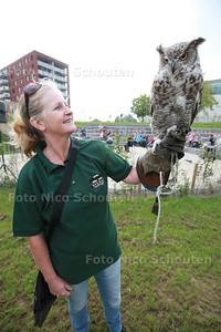 Park Palenstein - nieuw plantsoen - met openluchttheatertje wordt geopend met roofvogelshow - Monica uit Katwijk van Bouman Roofvogels met een Charly, een canadese Uhu - ZOETERMEER 13 SEPTEMBER 2014 - FOTOGRAFIE NICO SCHOUTEN