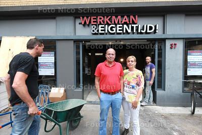 Werkman kleding krimpt in en verhuist van de Torenstraat naar de Prinsestraat - De eigenaren voor de oude zaak - DEN HAAG 5 SEPTEMBER 2014 - FOTOGRAFIE NICO SCHOUTEN