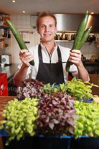 Justin Schellevis op de foto in zijn keuken van zijn restauraint Just-In - 'S-GRAVENZANDE 9 SEPTEMBER 2014 - FOTOGRAFIE NICO SCHOUTEN