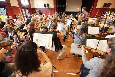 Hofstad Jeugdorkest (zit in Carrie Slee-verfilming 'Pijnstillers') repeteert in Dalton Scholengemeenschap - DEN HAAG 14 SEPTEMBER 2014 - FOTOGRAFIE NICO SCHOUTEN