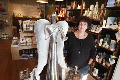 De Troostkamer bestaat 1 jaar, ondernemer heeft winkel waarin producten worden verkocht die troost bieden - Anita de Roode haar winkel - ZOETERMEER 13 SEPTEMBER 2014 - FOTOGRAFIE NICO SCHOUTEN