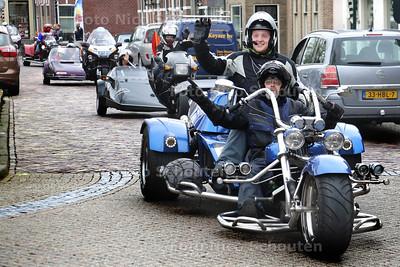 Beatrixrun op de Dorpsstraat in Schipluiden - SCHIPLUIDEN 25 APRIL 2015 - FOTO NICO SCHOUTEN