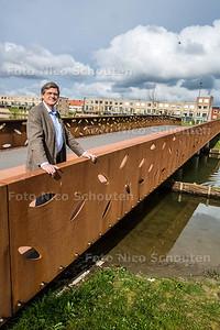Cees Molsbergen (rector Erasmus College) op een van de bruggen over het Oosterheemkanaal. Hij vertelt over Martien Huizer, de eerste rector van het Erasmus College, waar een van de bruggen over het kanaal naar wordt genoemd - ZOETERMEER 19 APRIL 2015 - FOTO NICO SCHOUTEN