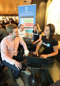 gratis LinkedIn profieladvies bij Starbucks Den Haag Centraal Station - Jasper (24) uit Hengelo krijgt advies van Liselotte Soree van Linked in - DEN HAAG 30 APRIL 2015 - FOTO NICO SCHOUTEN