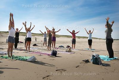 Zomerrubriek: yoga op het strand - DEN HAAG 31 JULI 2015 - FOTO NICO SCHOUTEN