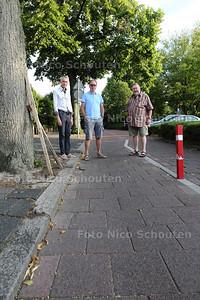 Fietspad Pr Bernhardlaan wordt gebruikt door automobilisten - vlnr buurtbewoners Wim Reinking, Fred krieklasrd en Hans Biermans - VOORBURG 5 AUGUSTUS 2015 - FOTO NICO SCHOUTEN