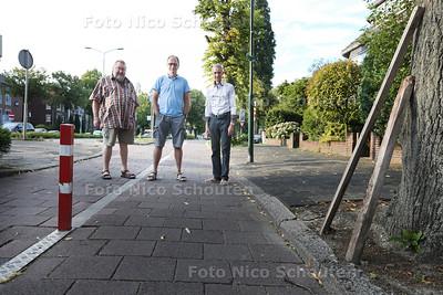 Fietspad Pr Bernhardlaan wordt gebruikt door automobilisten - vlnr buurtbewoners Hans Biermans, Fred krieklasrd en Wim Reinking - VOORBURG 5 AUGUSTUS 2015 - FOTO NICO SCHOUTEN