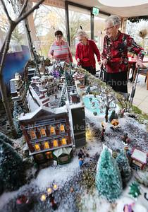 Bewoners van zorginstelling Sonnevanck bij het kerstdorp - vlnr Marjan van Gemerden (60, Mevr Labrie (86) en Mevr van de Burg (88) - 'S-GRAVENZANDE 22 DECEMBER 2015 - FOTO NICO SCHOUTEN