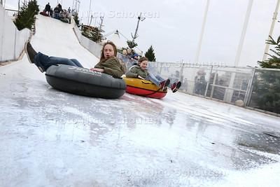 Ijsglijbaan vanaf de Scheveningse Pier - DEN HAAG 19 december 2015 - foto nico schouten